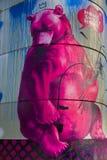 torn för björnberlin berliner grafitti Arkivfoto