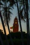 Torn för byggnad för röd tegelsten med Golden Dome och klocka i centret av Merida Den mexicanska flaggan fladdrar på luft Stadsst Royaltyfri Foto
