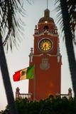Torn för byggnad för röd tegelsten med Golden Dome och klocka i centret av Merida Den mexicanska flaggan fladdrar på luft Stadsst Royaltyfria Bilder