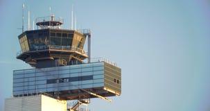 Torn för flygplatstrafikkontroll arkivfilmer