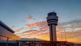 Torn för flygplatstrafikkontroll på den dramatiska solnedgången i Sofia, Bulga Royaltyfri Foto