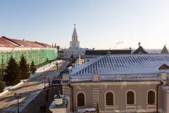 torn för fyrkant för spasskaya för kremlin moscow natt rött sikt från avlägset och sikt till och med fönstret Royaltyfria Foton