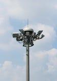 Torn för gruppspot-lightpol i blå sky arkivbilder
