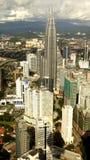 torn för inmidstKuala Lumpur petronas horisont kopplar samman arkivfoto