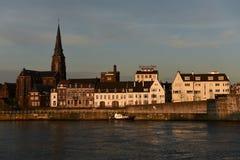 torn för katolsk kyrkamaastricht Nederländerna Arkivbild