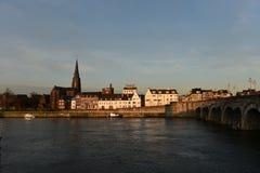 torn för katolsk kyrkamaastricht Nederländerna arkivfoto
