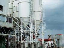 Torn för konkret blandare med kontrollstationen och tru för konkret blandare Arkivfoto