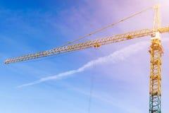 Torn för konstruktionskran på bakgrund av blå himmel Kran och byggande funktionsdugligt framsteg Gul lyftande vattenkran Töm utry Arkivfoton