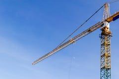 Torn för konstruktionskran på bakgrund för blå himmel Kran och byggande funktionsdugligt framsteg arbetare Tomt avstånd för text  Royaltyfria Foton