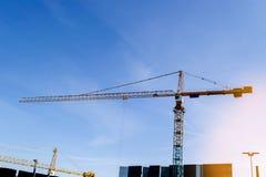 Torn för konstruktionskran på bakgrund för blå himmel Kran och byggande funktionsdugligt framsteg arbetare Tomt avstånd för text  Royaltyfri Fotografi