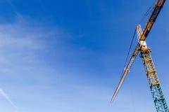 Torn för konstruktionskran på bakgrund för blå himmel Kran och byggande funktionsdugligt framsteg arbetare Tomt avstånd för text  Royaltyfri Bild