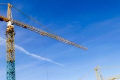 Torn för konstruktionskran på bakgrund för blå himmel Kran och byggande funktionsdugligt framsteg Gul lyftande vattenkran Tomt av Royaltyfria Foton