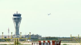 Torn för kontroll för trafik för radar Barcelona för internationell flygplats lager videofilmer