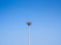 Torn för ljus pol på klar blå himmel Arkivfoto