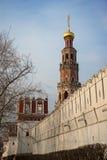 Torn för Novodevichy klosterklocka i ottan Royaltyfri Bild