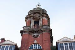 Torn för röd tegelsten och blå himmel royaltyfria bilder