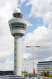 Torn för Schiphol flygplatskommando mot molnig himmel Fotografering för Bildbyråer