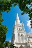 Torn för högt torn av kyrkan under blå himmel Royaltyfri Fotografi