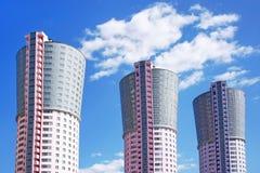 Torn-hus som är liknande till de stora fabriksskorstarna Arkivbild