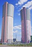 Torn-hus som är liknande till de stora fabriksskorstarna Arkivbilder