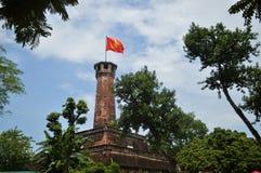 Torn med den vietnamesiska flaggan i Hanoi Royaltyfri Fotografi