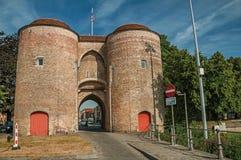 Torn med porten till centret av Bruges Royaltyfri Fotografi