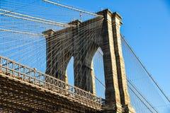 Torn och blå himmel New York USA för Brooklyn bro royaltyfria foton