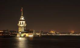 Torn och fyr på bosphorusnatten i istanbul Arkivbilder