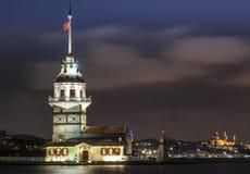 Torn och fyr på bosphorusnatten i istanbul, wonderfullö i Turkiet Fotografering för Bildbyråer