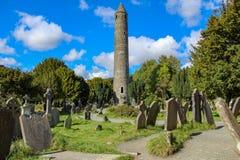 Torn och gravstenar på Glendalough royaltyfri foto