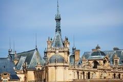 Torn och kupoler av chateauen de Chantilly rockerar Royaltyfria Bilder