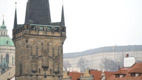 Torn och kyrkor av gamla Prague nära Charles Bridge stock video