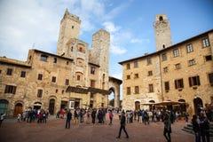 Torn och medeltida väl på piazzadellacisternaen i San Gimignano i tuscany i Italien Arkivbild