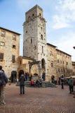 Torn och medeltida väl på piazzadellacisternaen i San Gimignano i tuscany i Italien Royaltyfria Foton