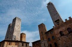 Torn och molnig himmel på San Gimignano Arkivbild