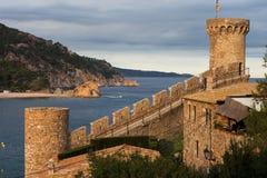 Torn och mur med tinnar i Tossa de Mar Arkivfoton