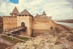 Torn och port av den medeltida strukturen den Khotyn fästningen, Ukraina Byggt i det 14th århundradet Arkivbilder