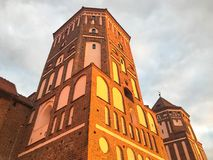 Torn och spiers av en gammal forntida härlig slott för hög medeltida sten mot en blå himmel royaltyfri foto