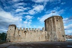 Torn och väggar av den Venetian fästningen i staden av Trogir Arkivbild