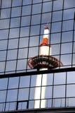 Torn som avspeglas i glass stålbyggnad Royaltyfria Bilder