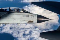 Tornade étroite au-dessus des nuages avec le pilote observant le photographe Image stock