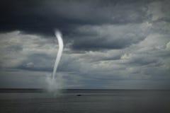 Tornade au-dessus de l'océan Photo libre de droits