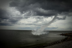 Tornado über dem Ozean Lizenzfreie Stockbilder