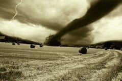 Tornado ankommend vom Horizont Lizenzfreies Stockfoto