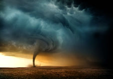 Tornado de la puesta del sol ilustración del vector