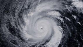 Tornado de la tormenta del huracán sobre la tierra del espacio, visión por satélite zoom metrajes