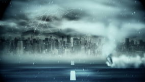 Tornado, der über Straße während des Sturms durchbrennt stock footage
