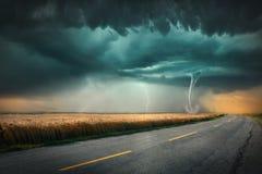 Tornado en donderonweer op landbouwweide bij zonsondergang royalty-vrije stock fotografie