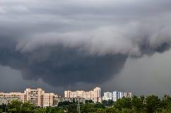 Tornado, Gewitter, Trichter bewölkt sich über der Stadt Stockbilder
