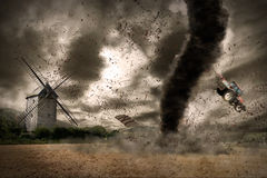 Tornado grande sobre un granero stock de ilustración
